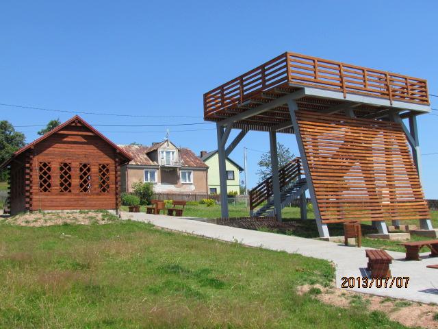 Taras widokowy wraz z miejscem wypoczynku bedące częścią projek u szlaku rowerowego w Gminie Strawczyn